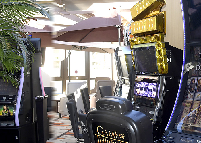 Salon Jeux Traditionnels, Roulette anglaise, Black Jack, Stud Poker et Texas HOLD'EM.