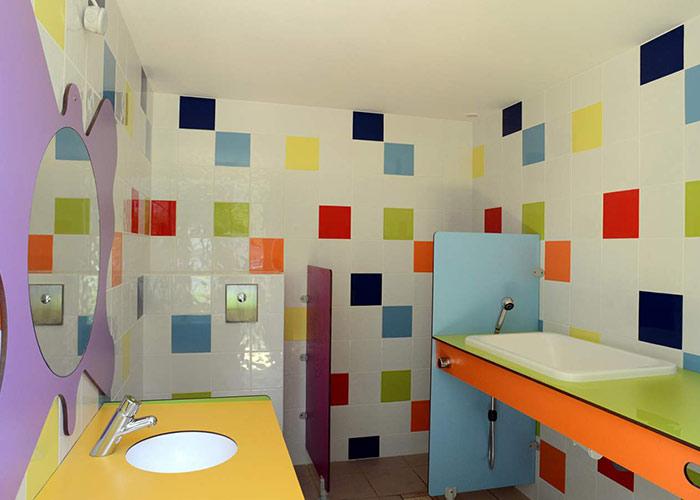 Sanitaire comprenant des cabines individuelles, de l'eau chaude en permanence
